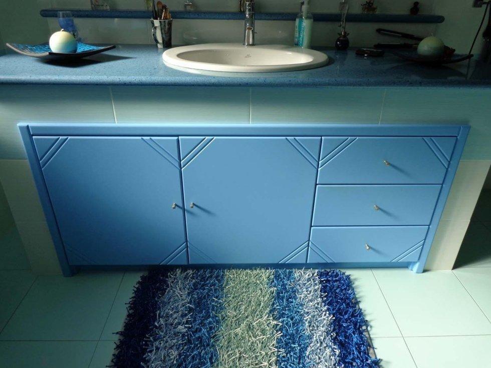 mobile azzurro per il bagno