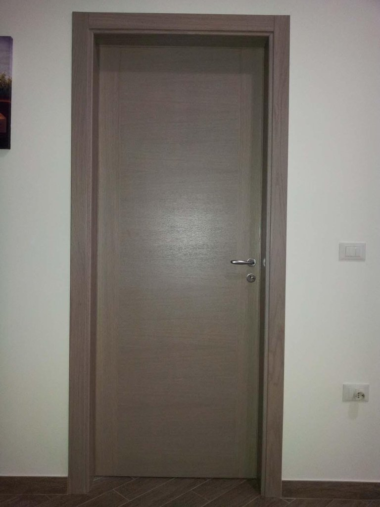 porta interna grigia