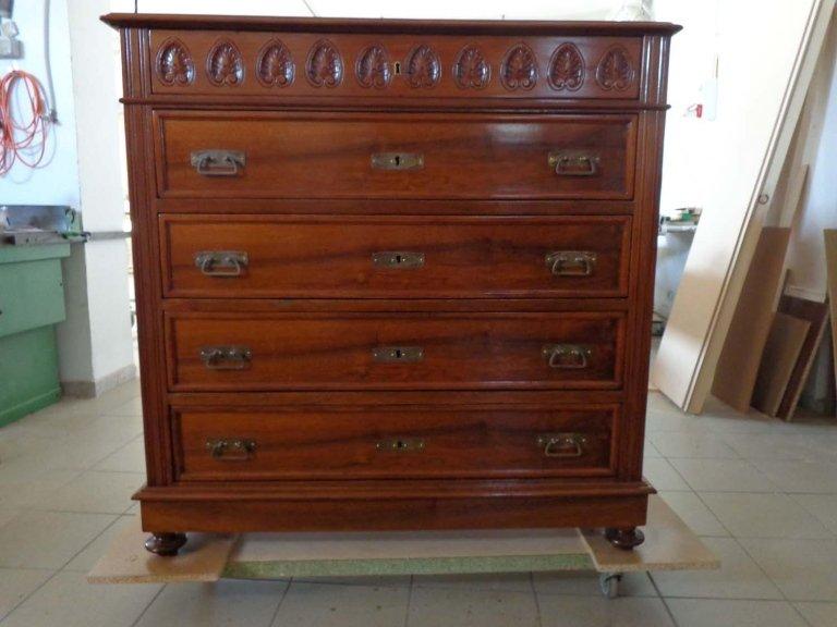restauro cassettiera con 4 cassetti