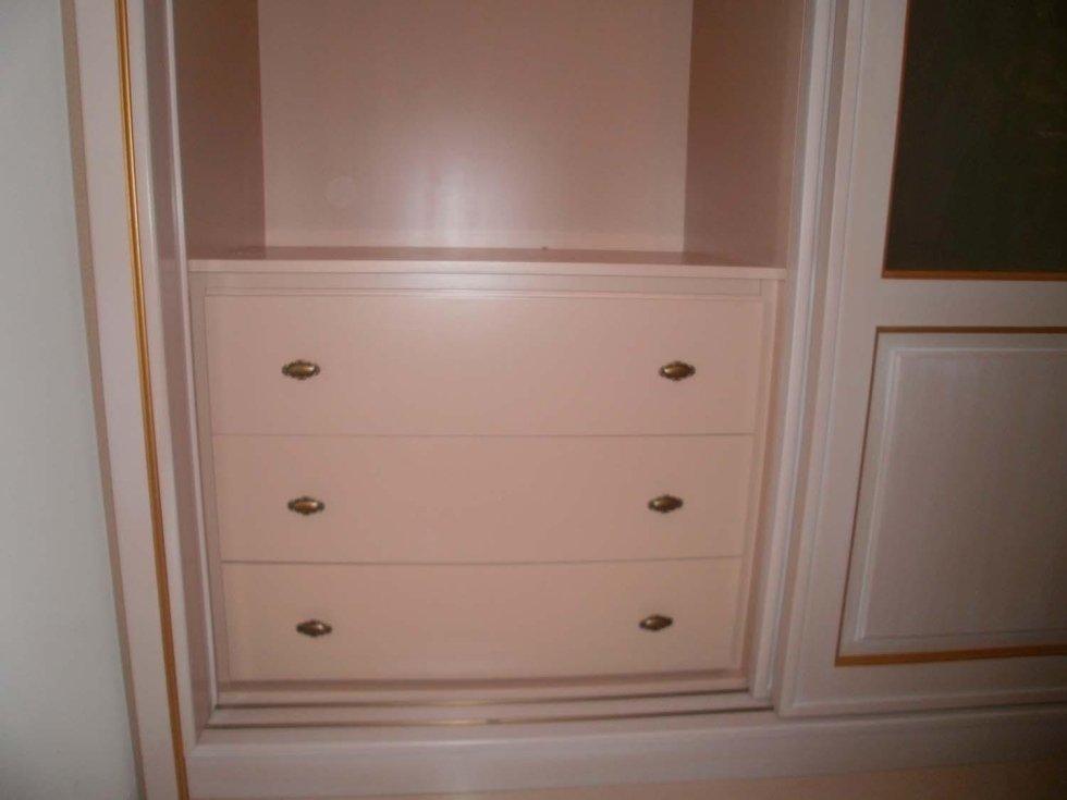 armadio bianco con cassetti chiusi stile antico