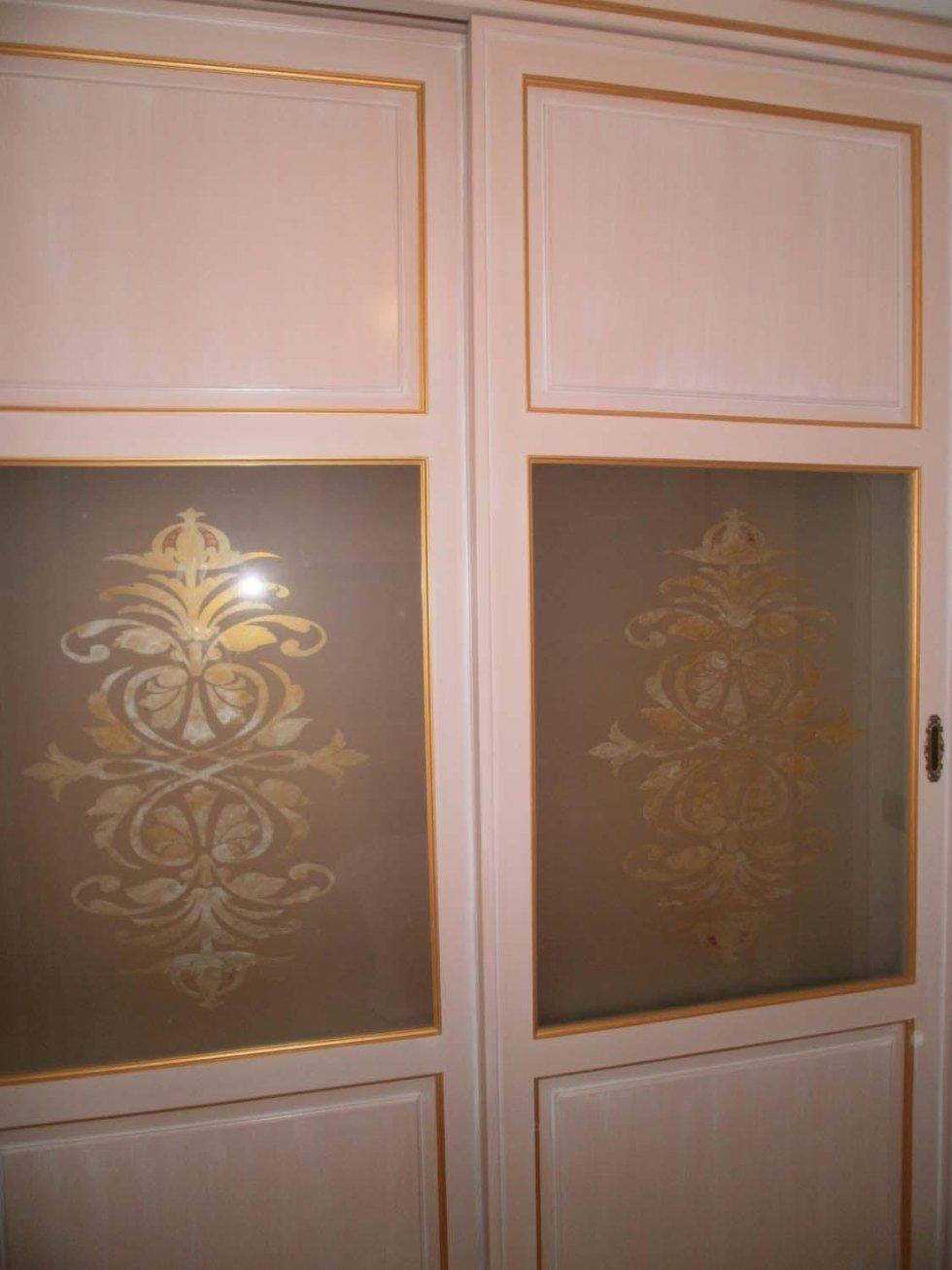 decorazioni gialle in un armadio