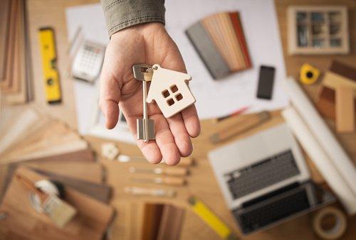 mano con una chiave di una casa