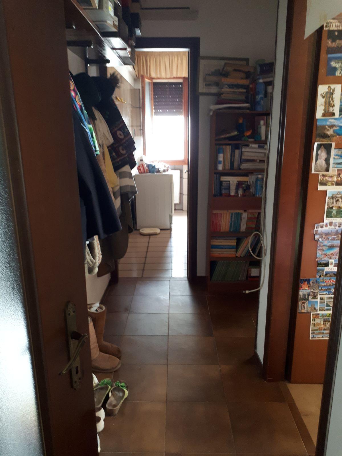 corridio con scaffale e vista su lavatrice