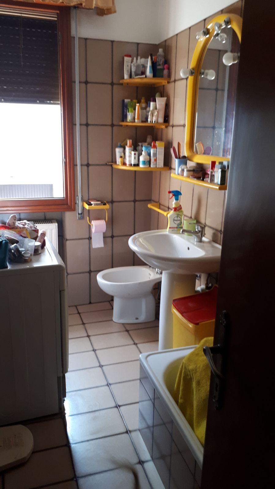 bagno piastrellato pieno di detersivi