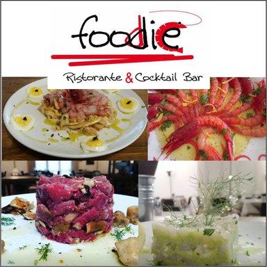 Cartello promosso il ristorante con quattro foto di vari piatti di carne,frutti di mare e pesce