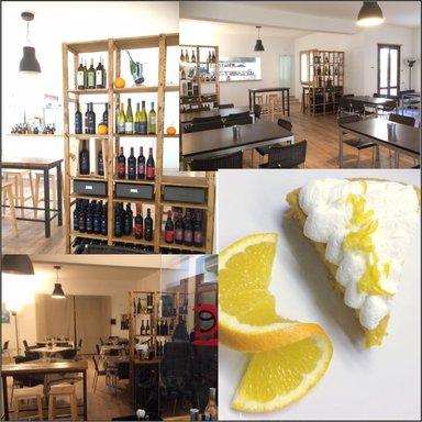 Cartello quattro in uno. Tre foto dell'interno del ristorante insegnando i mobili,decorazione,le bottiglie di vino e un'immagine di un dessert (mousse di limon)