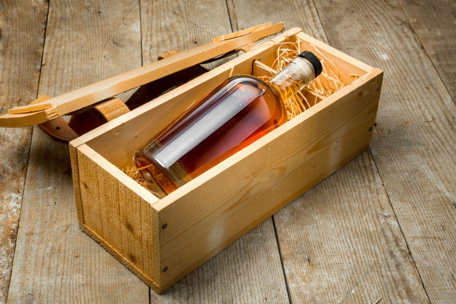Cassa di legno con una bottiglia
