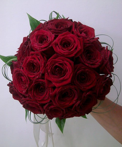 un bouquet di rose rosse visto da vicino