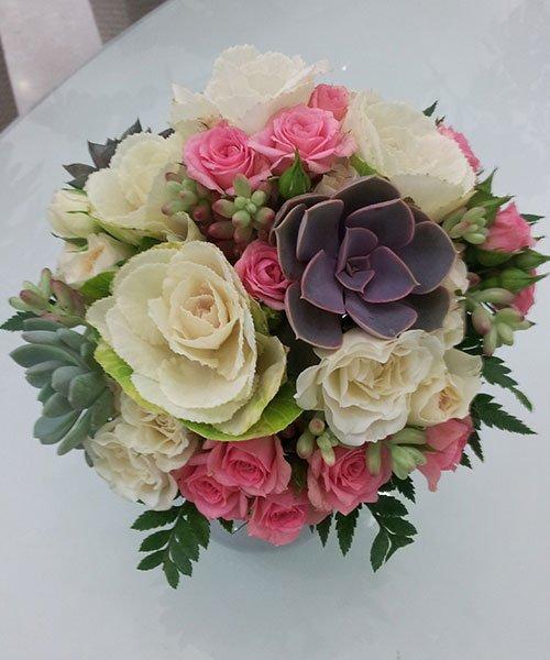 un bouquet di fiori bianchi e rosa