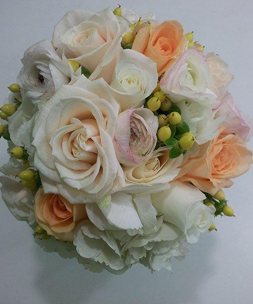 bouquet di rose bianche,rosa e arancioni e dei chicchi di frutta