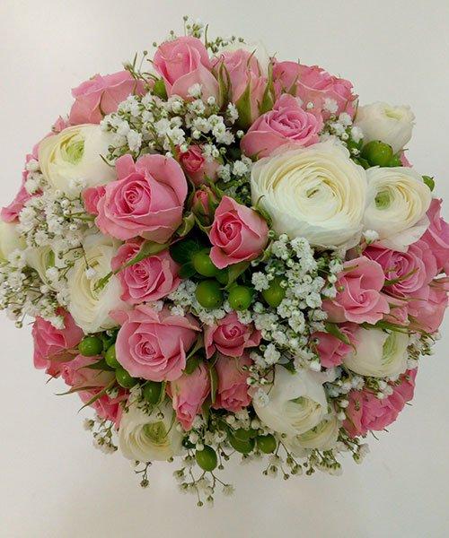 bouquet di rose rosa,bianche , fiori rosa non ancora sbocciati e altri fiorellini bianchi