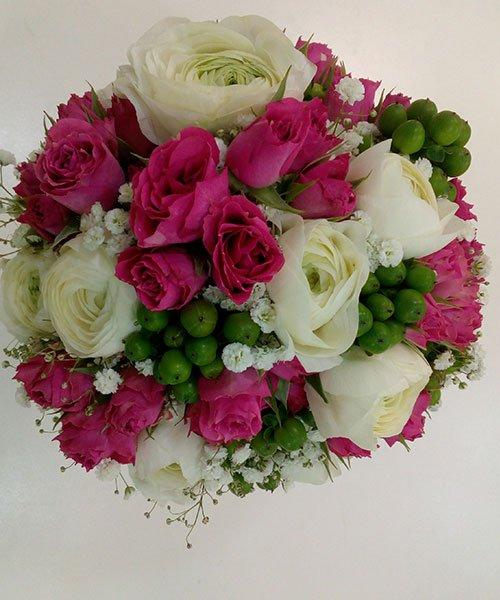 bouquet di rose bianche e rosa e dei frutti verdi