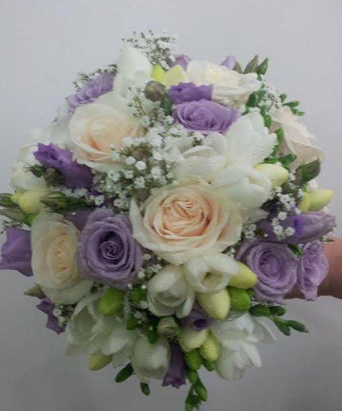 mazzo di rose viola, bianche e altre gialle non ancora sbocciate