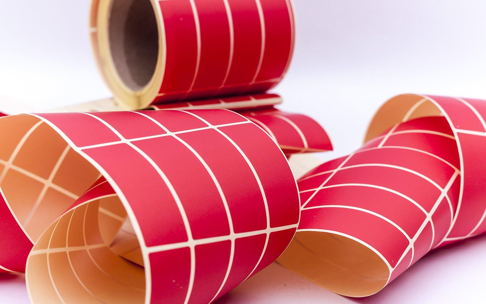dei rotoli di nastro adesivo di color rosso righe bianche