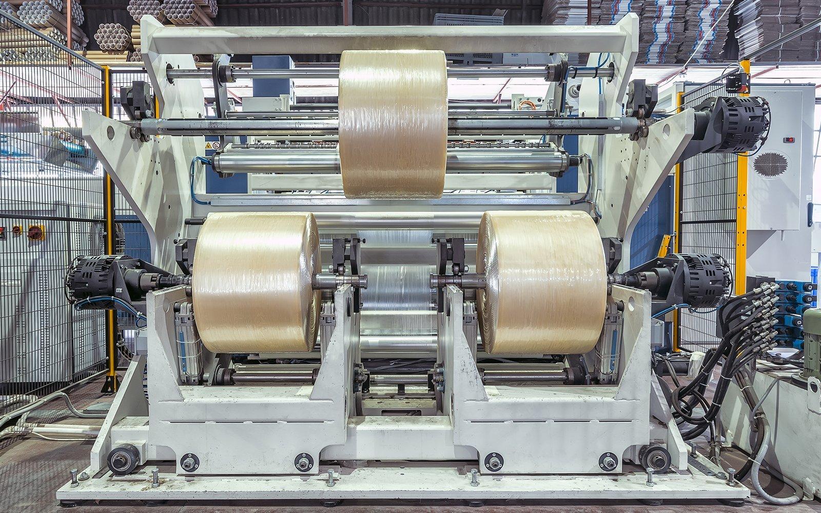 tre grossi rotoli di nastro in un macchinario