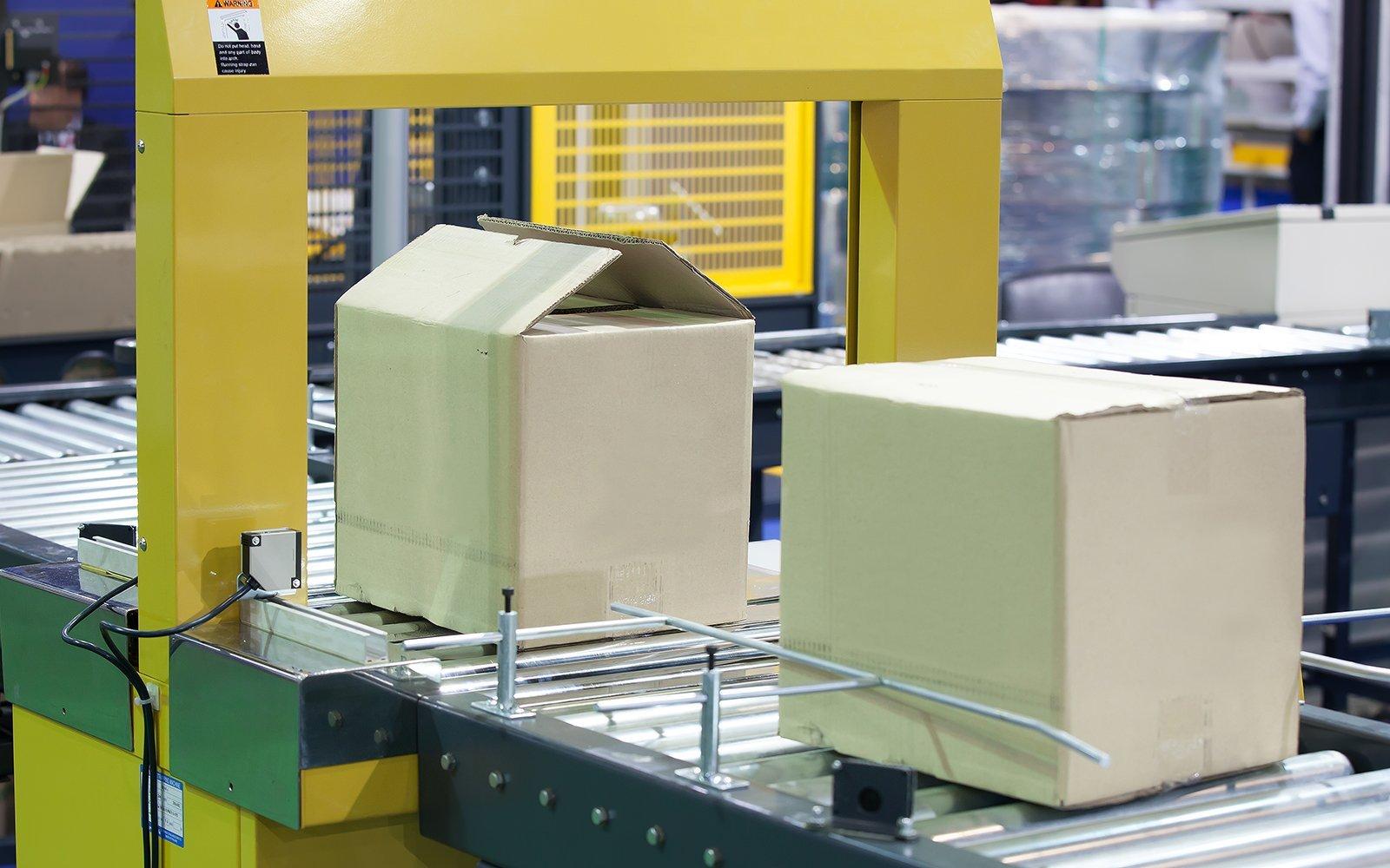 due scatoloni su dei rulli