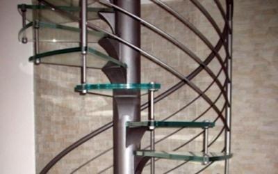 Scale a chiocciola con gradini in vetro