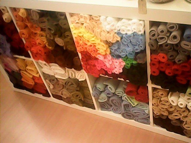 scaffale con tessuti di ogni tipo e colore