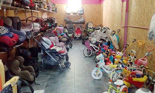 passeggini, piccole biciclette, seggiolini per auto e altri articoli