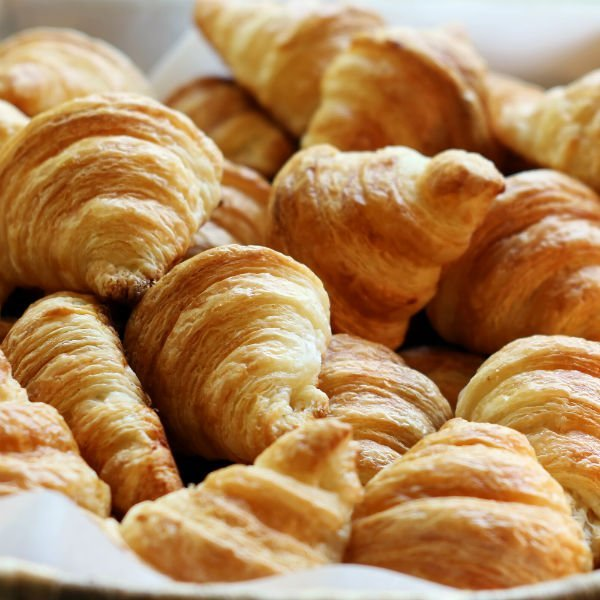 delle croissant su un piatto
