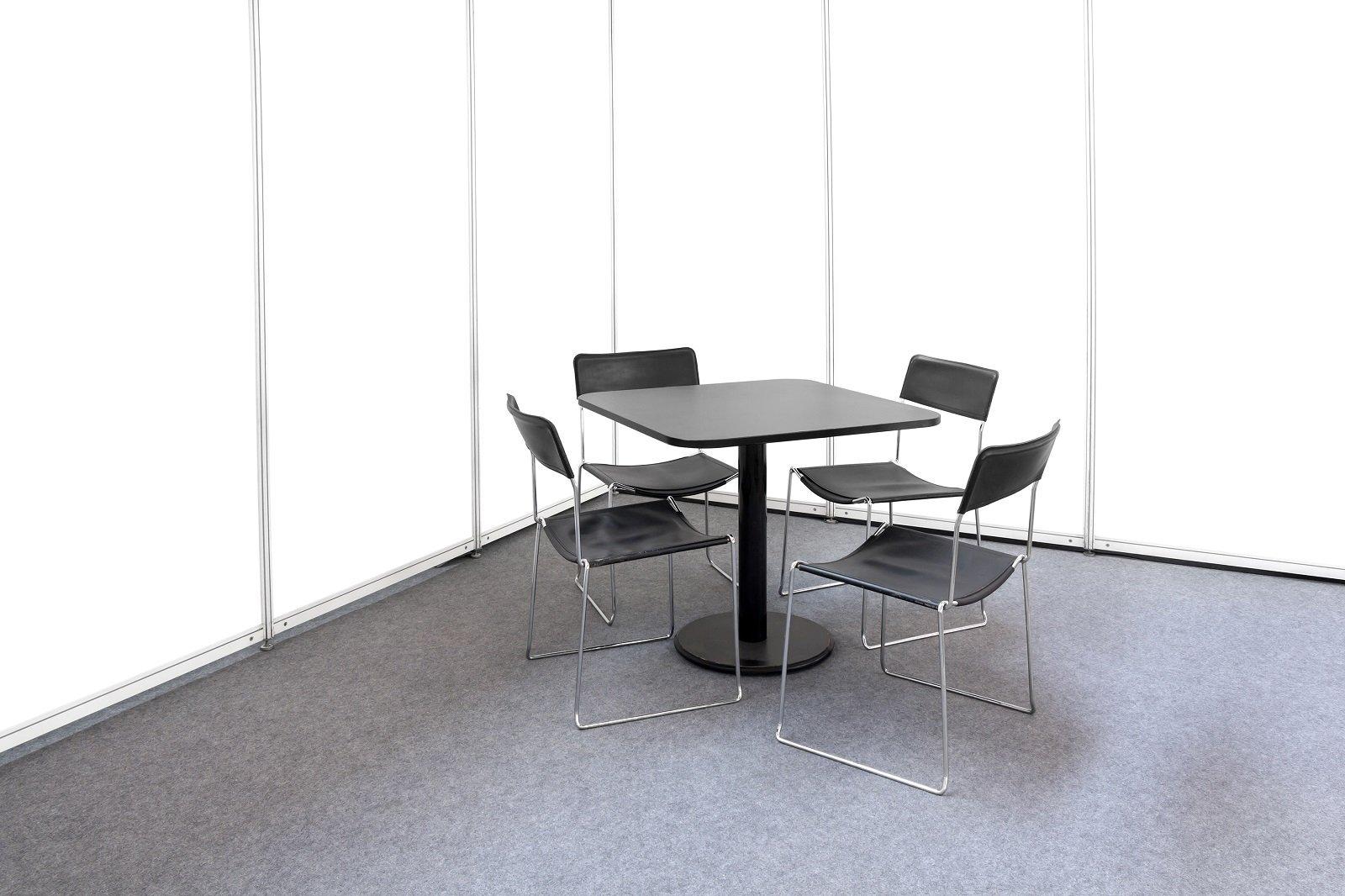 Foto in bianco e nero, tavola e quattro sedie