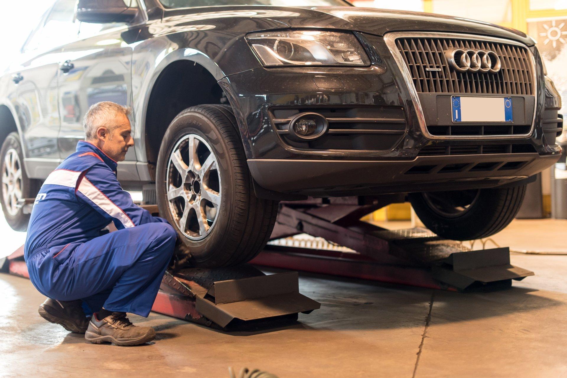 Gommista che cambia uno pneumatico ad un'auto
