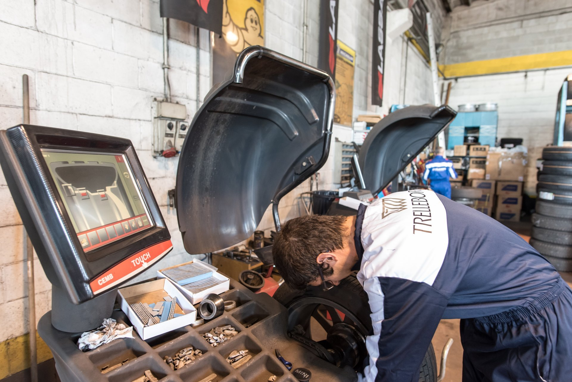 tecnico al lavoro su un pneumatico