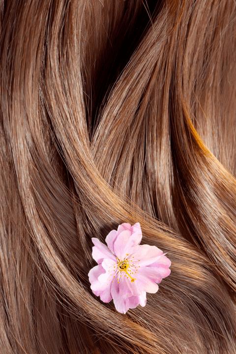 Capelli castani con fiore