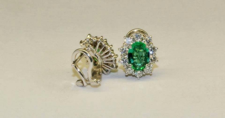 orecchini con pietra verde con attorno brillanti