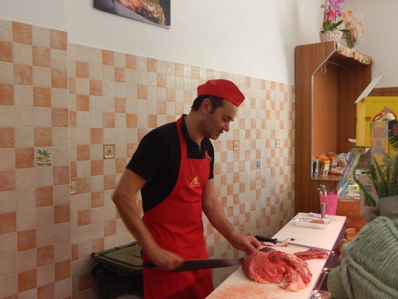 macellaio che taglia la carne