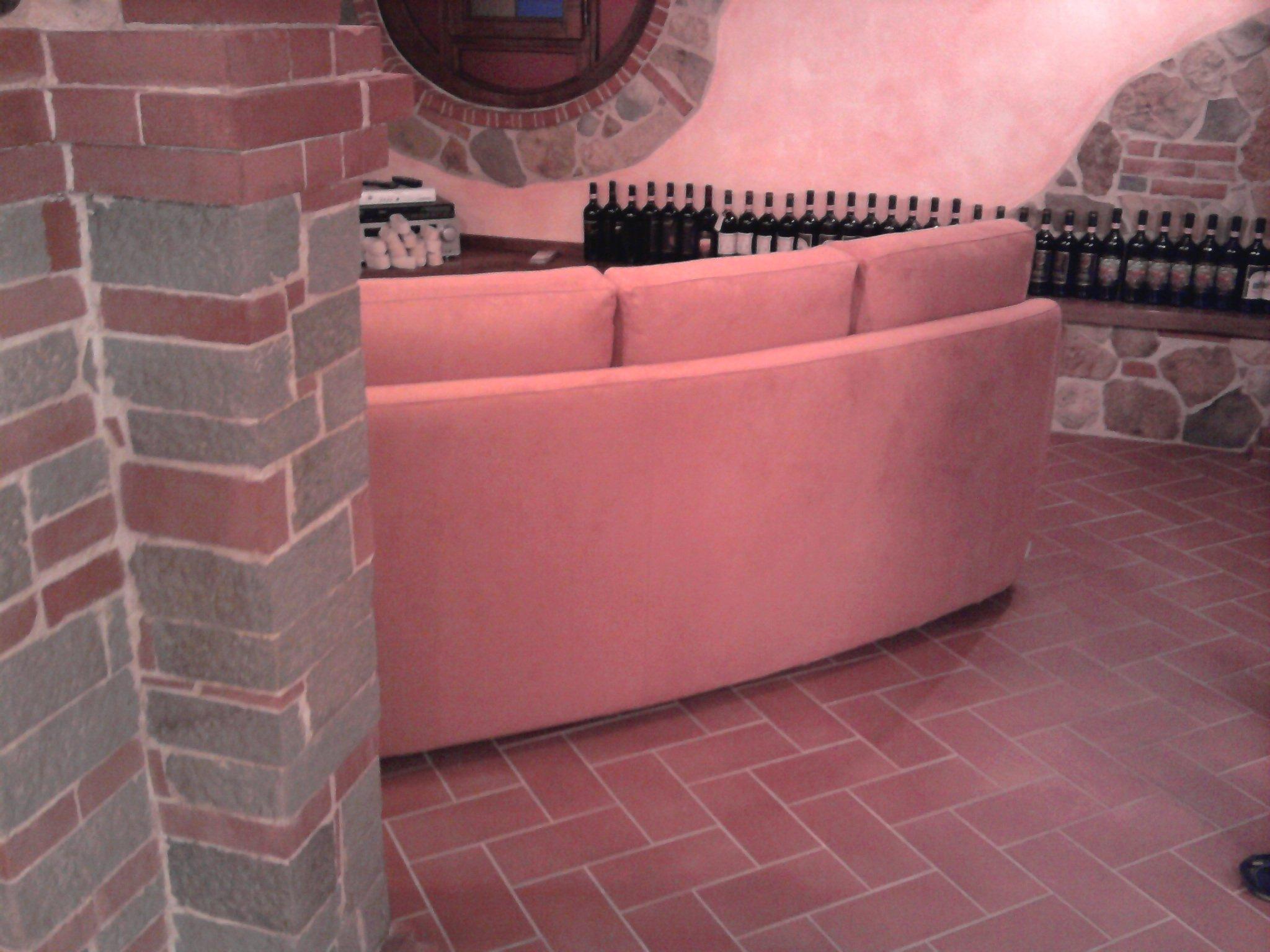 Divano quattro posti di colore rosa