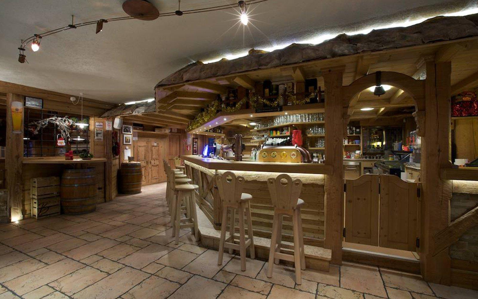 un bar con sgabelli bancone in legno