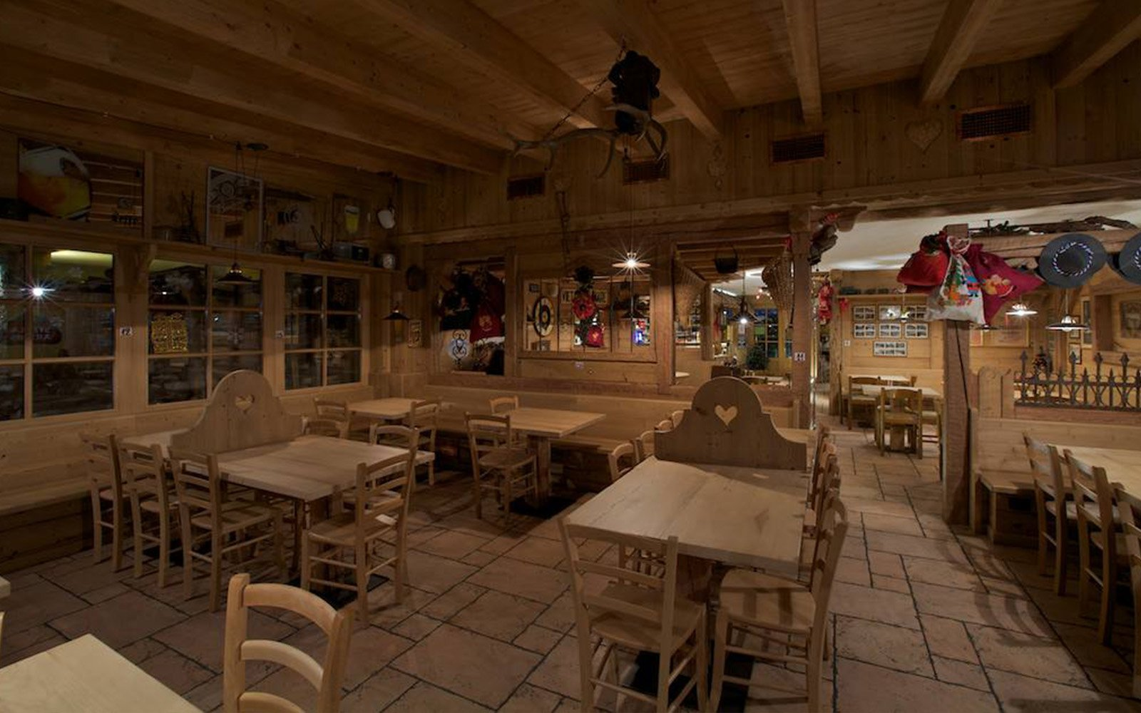 tavoli e sedie in legno all'interno di un locale
