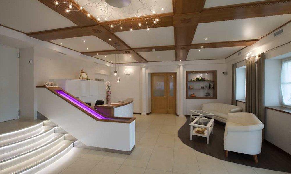 una reception due divanetti, tavolini e delle scale