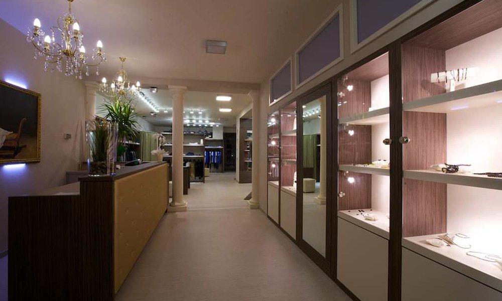 interno di una gioielleria con vetrine