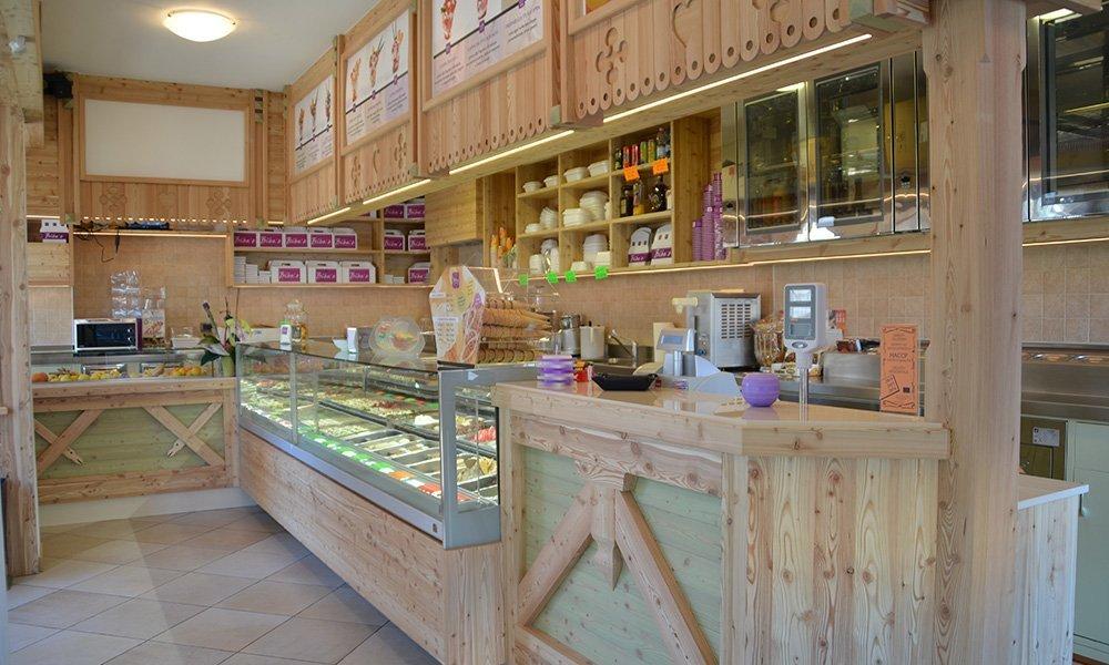 interno di una gelateria con mobili in legno chiaro
