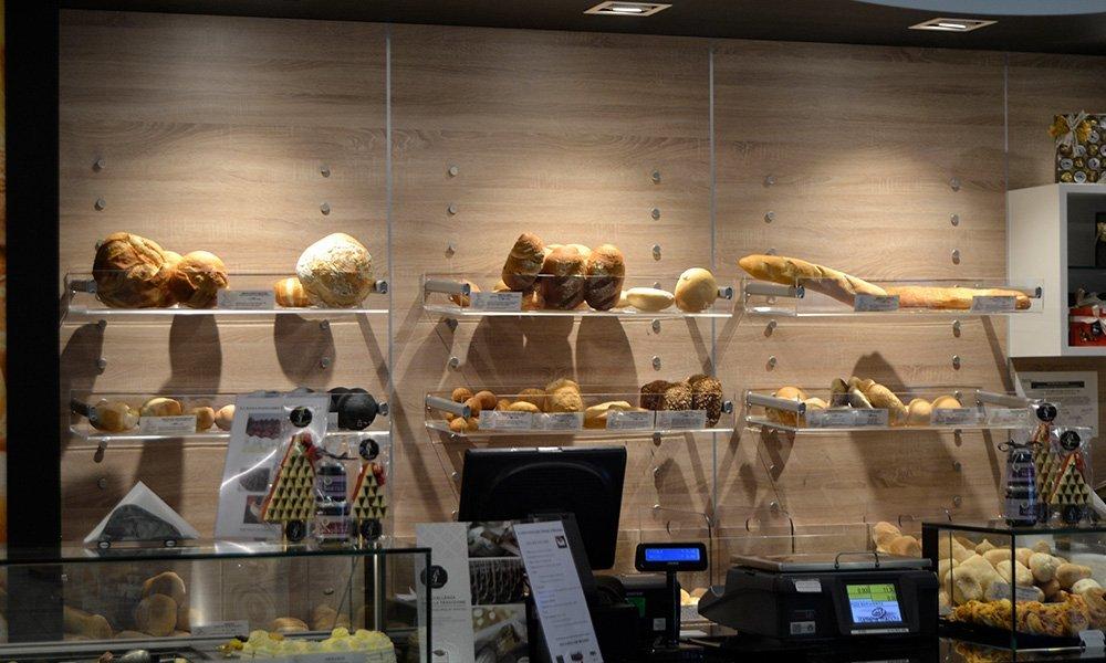 delle mensole con dei contenitori di pane