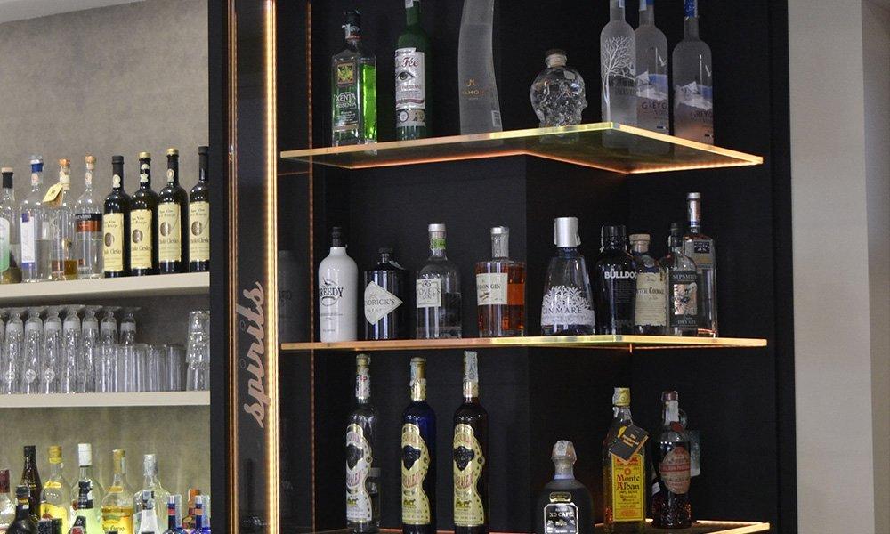 delle mensole con dei liquori