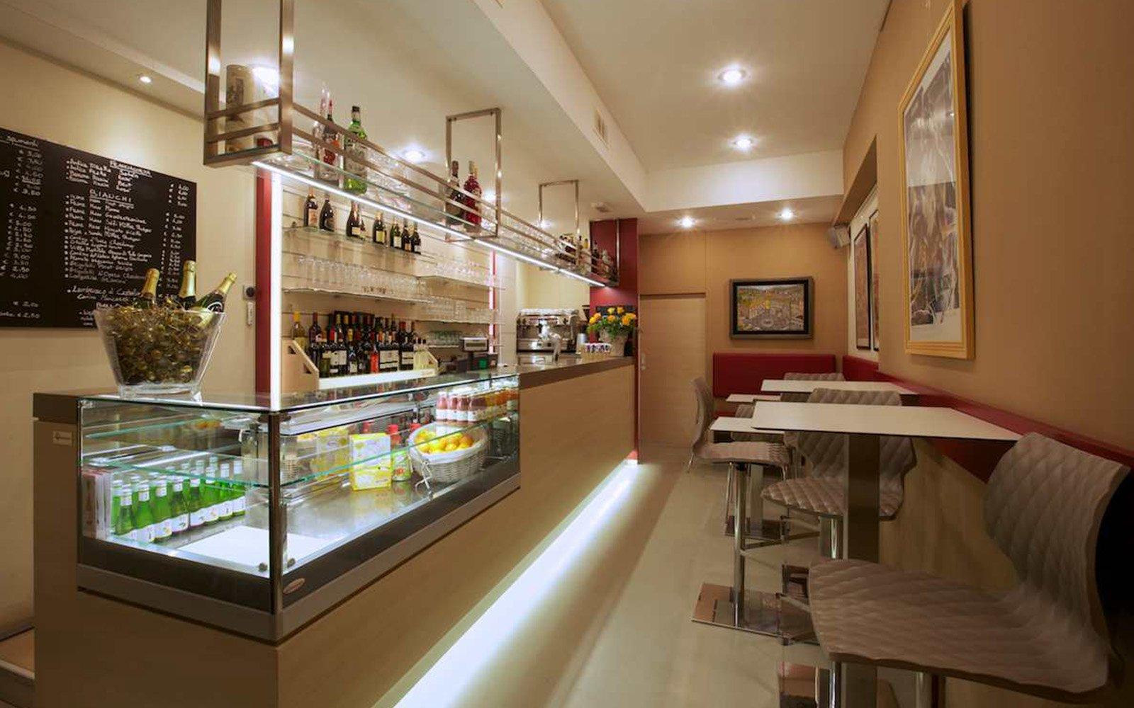 interno di un bar con vista dei tavoli e delle sedie