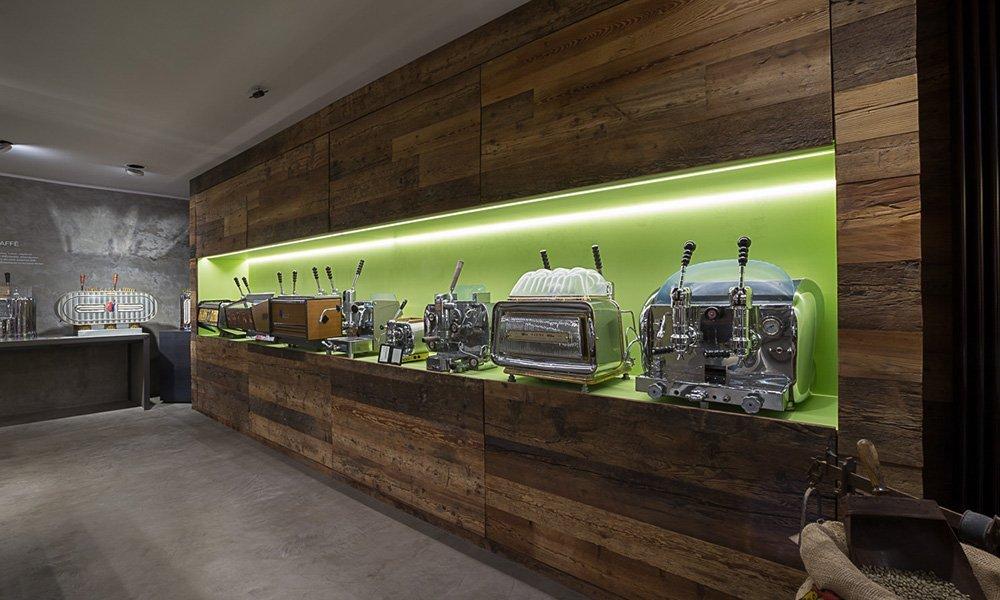 dei mobili di color marrone con interno verde e delle macchine del caffè