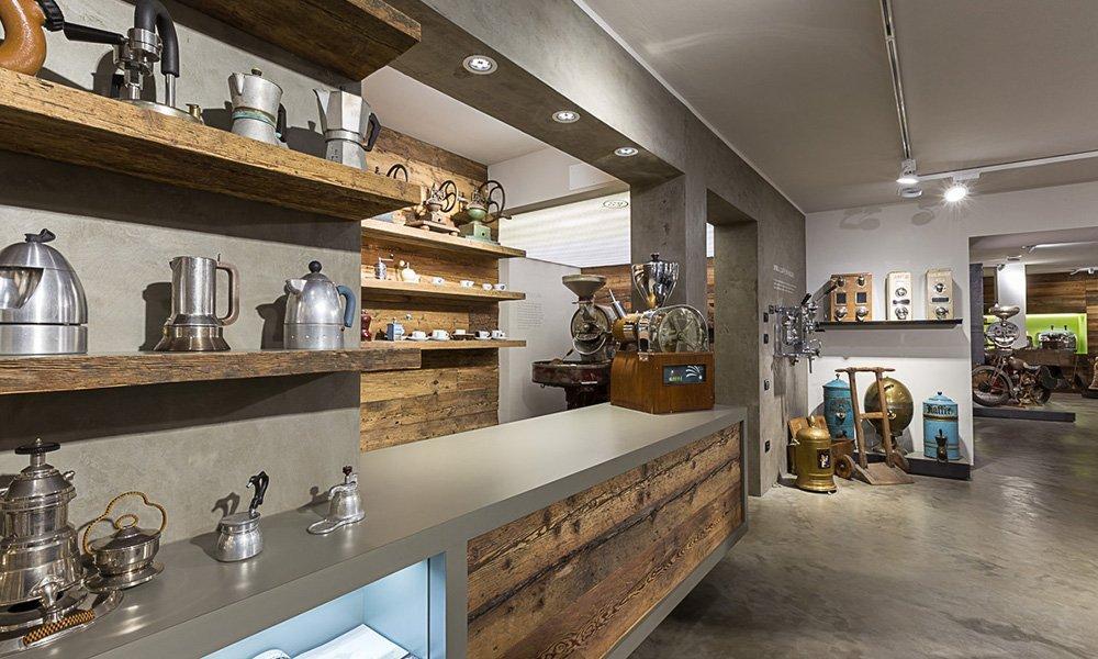 e le caffettiere esposte su delle mensole e visto di un bancone all'interno di un negozio