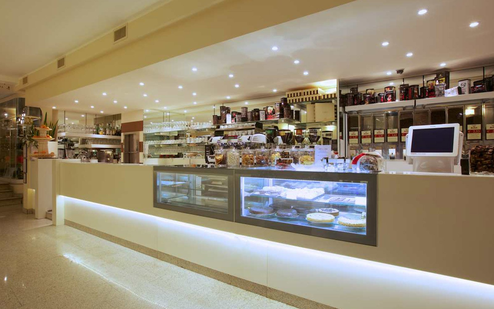 un bar pasticceria con vista delle torte e del bancone
