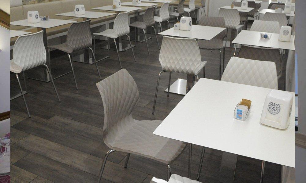 e tavoli bianchi e delle sedie grigie