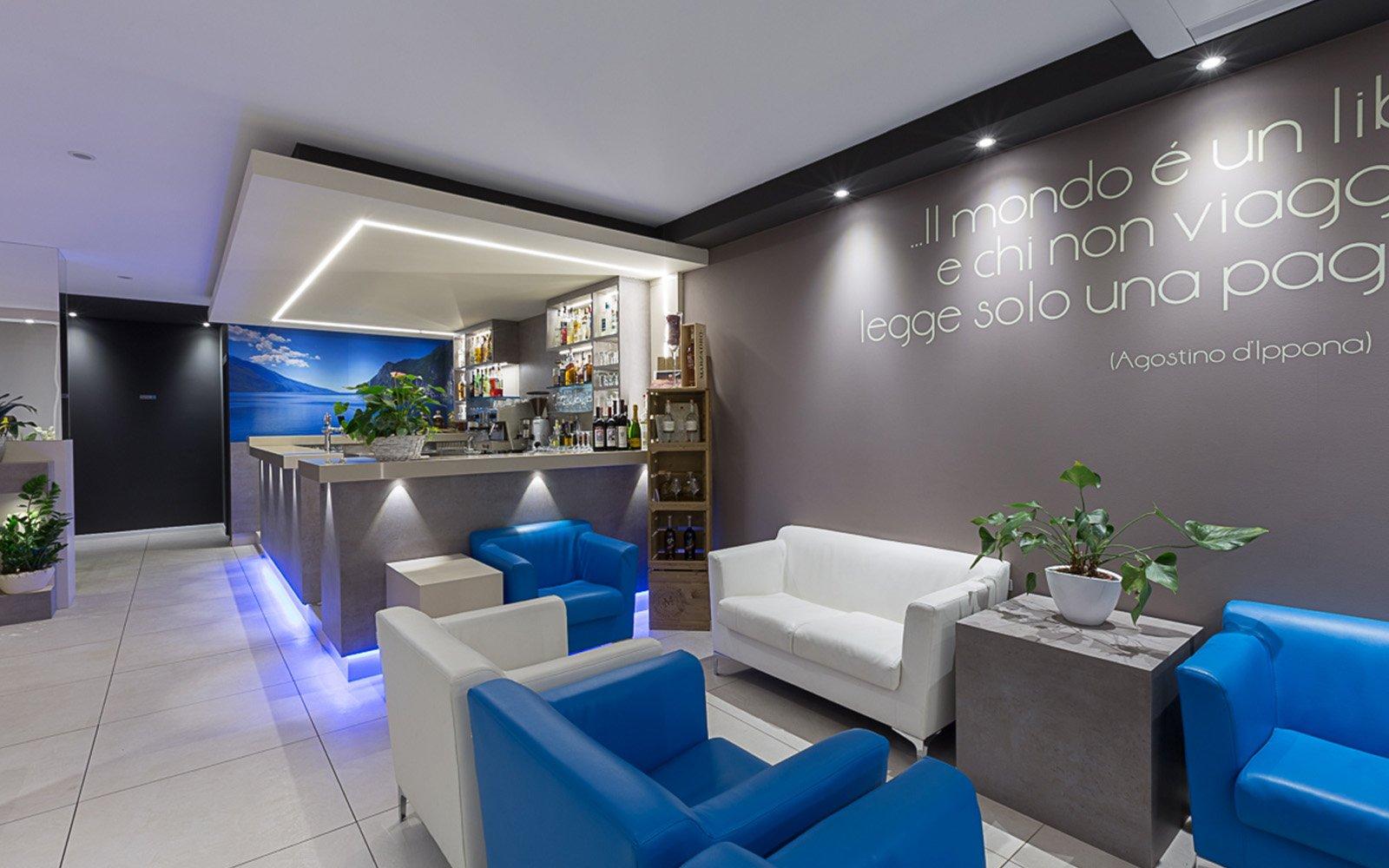 interno di un bar con divanetti blu e bianchi