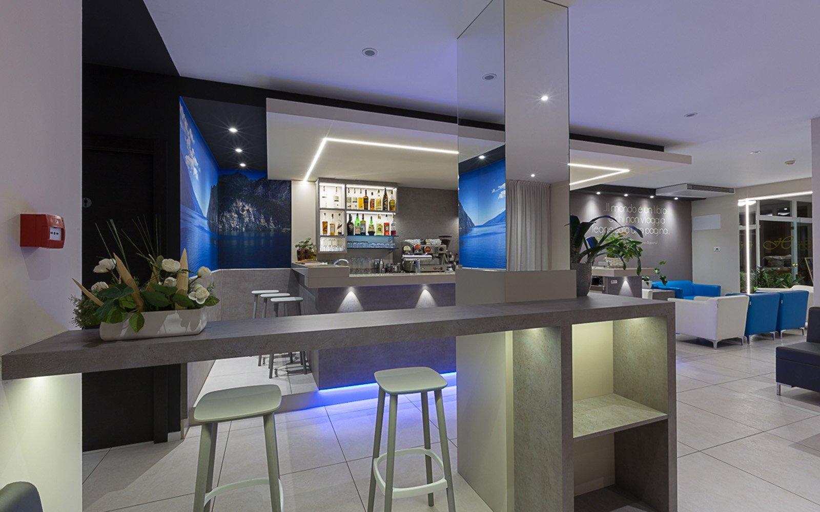 interno di un bar con due sgabelli