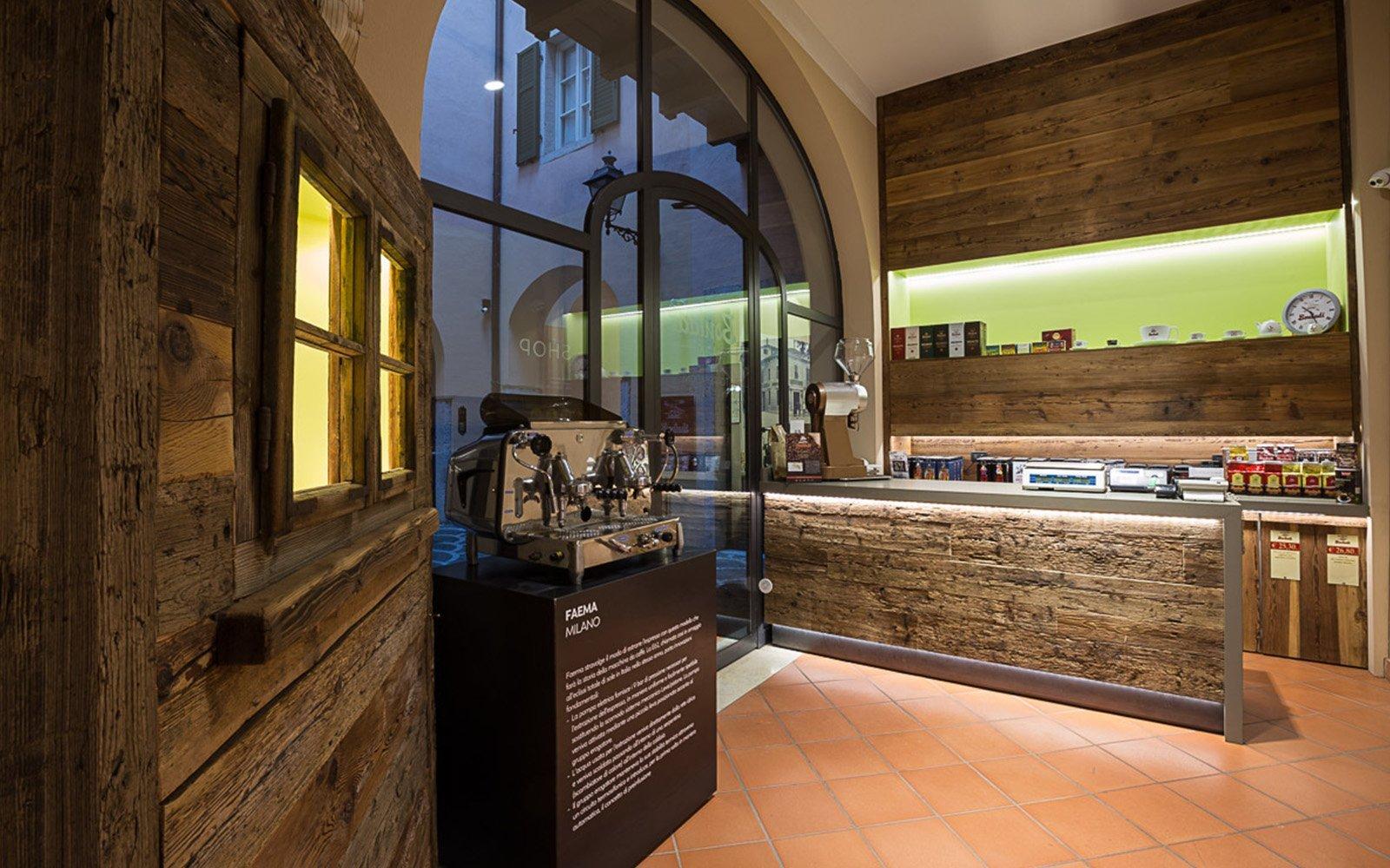 vista di una macchina del caffè e di un bancone di un bar