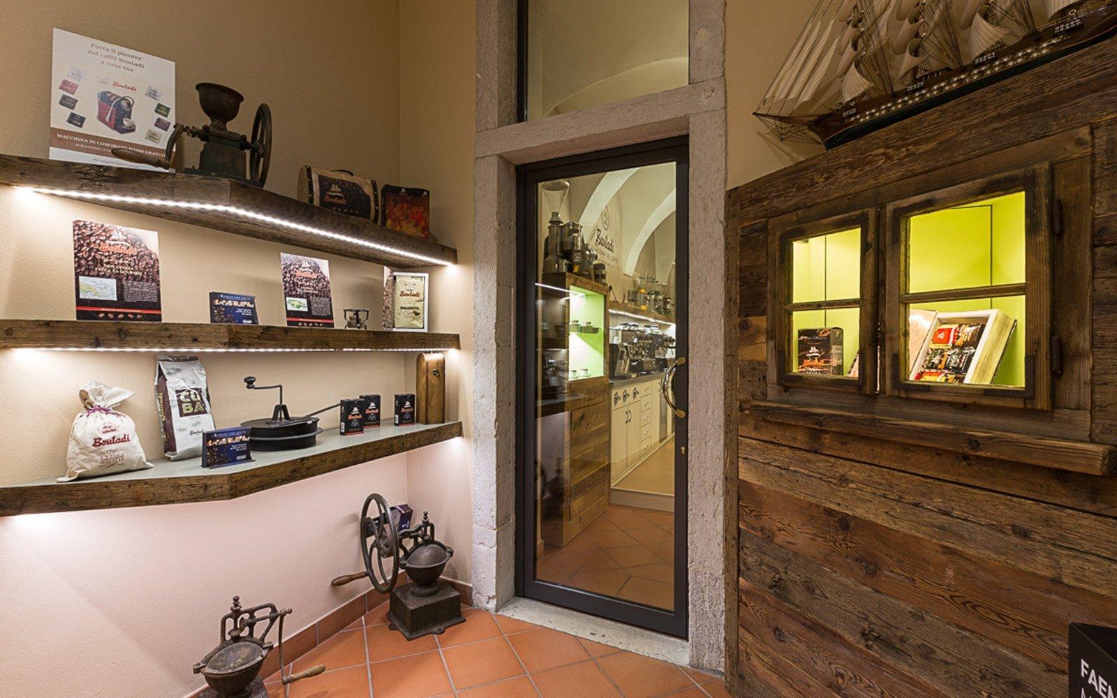 mensole con degli oggetti e una porta in vetro