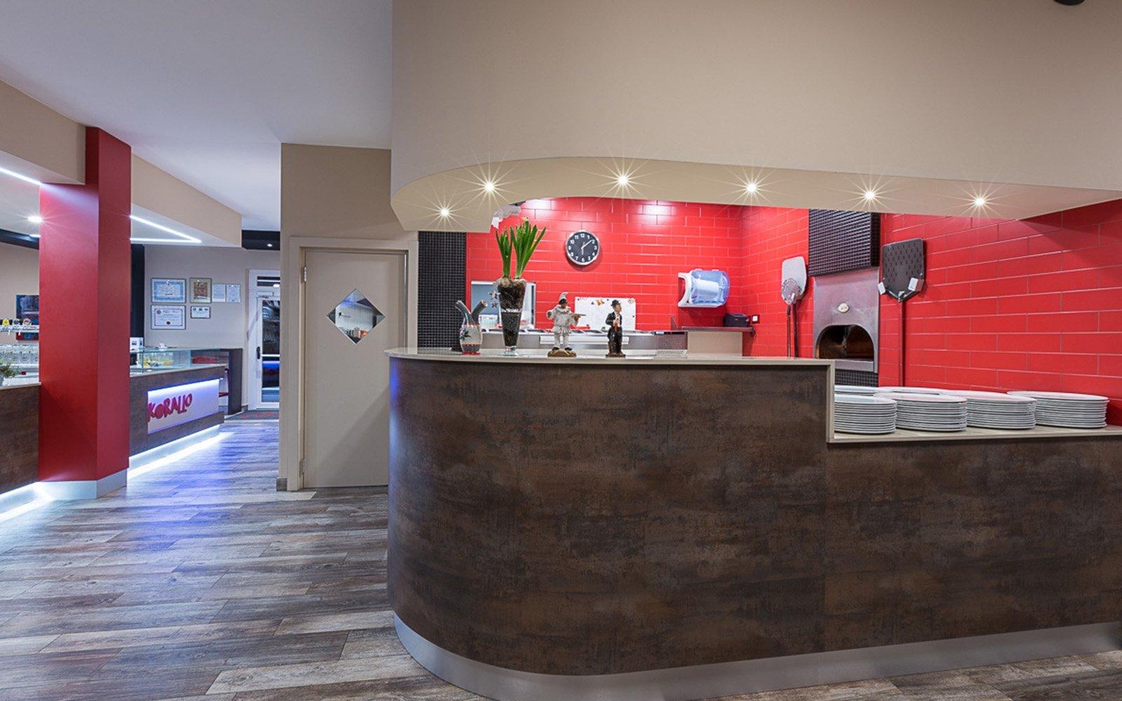 bancone di una pizzeria con vista del forno