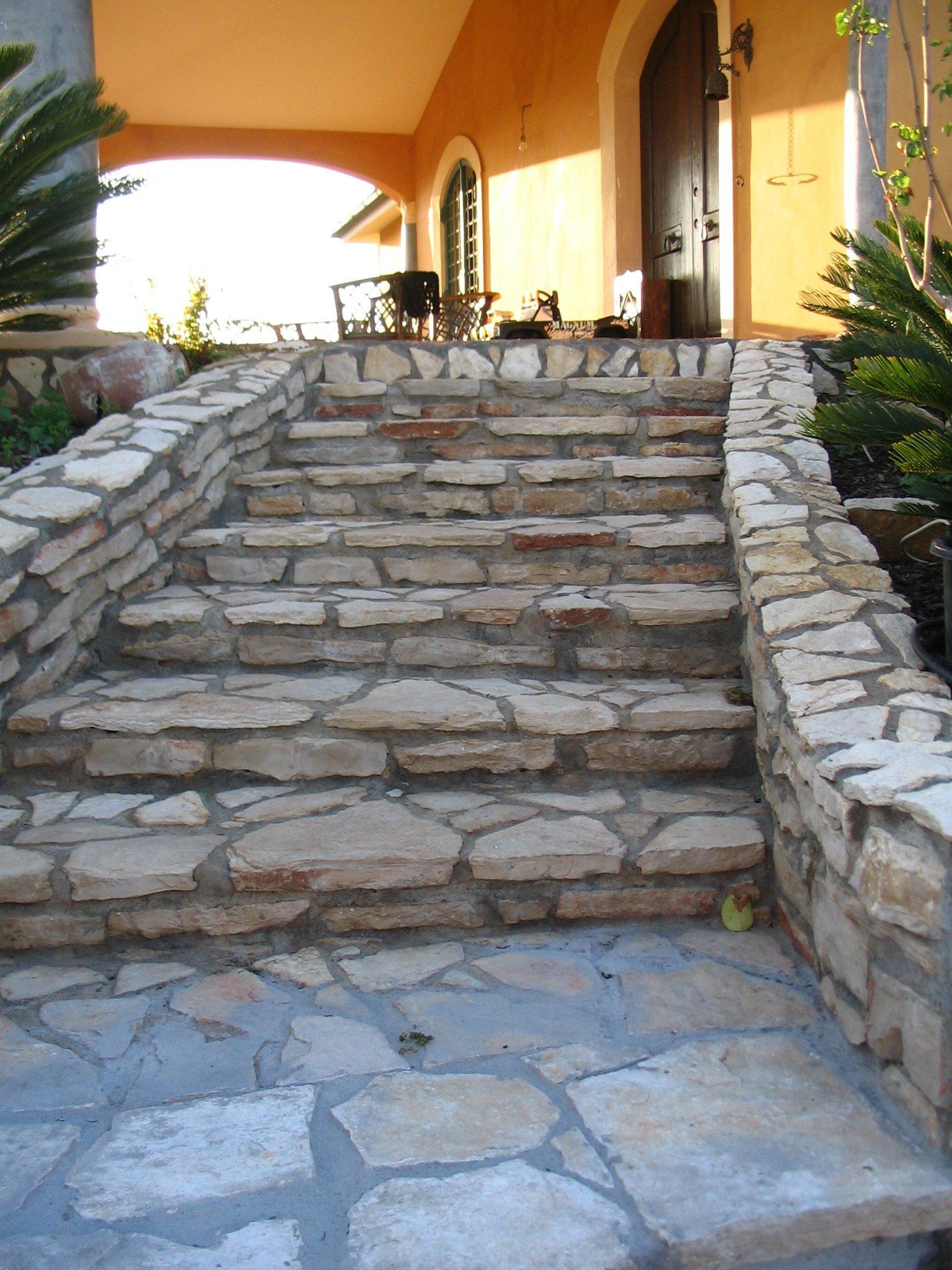 gradini con muretto in pietro