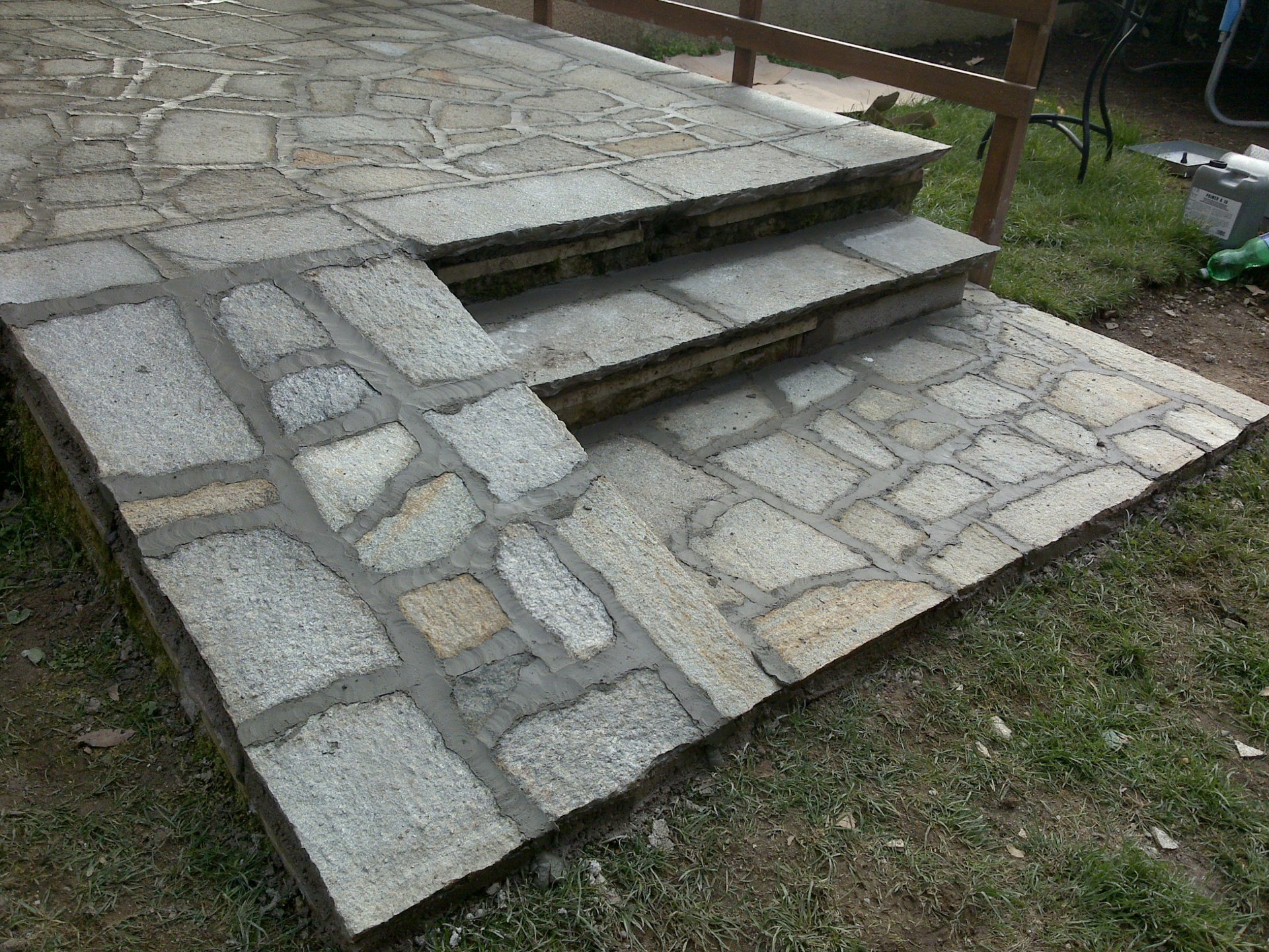 pedana con scalini in pietra